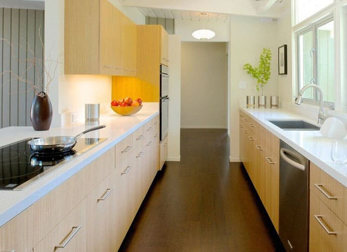 Двухрядные кухни можно выбирать с закрывающимся низом или на открытых ножках