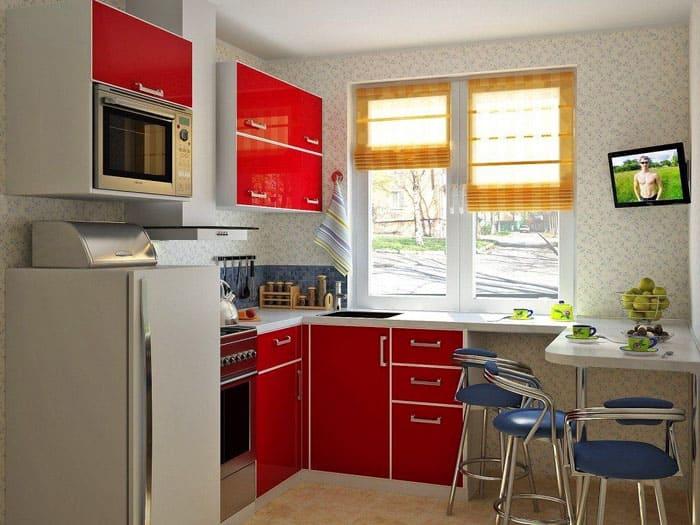 Небольшое количество шкафчиков, сдержанный интерьер — это то, что нужно для маленьких кухонь
