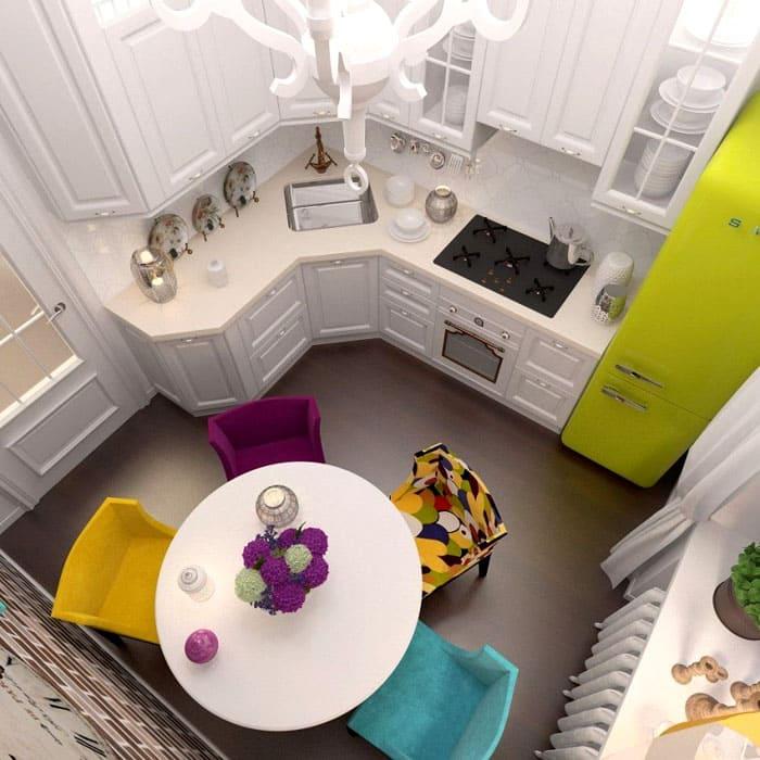 Холодильник и обеденная зона могут быть ярким акцентом на кухне