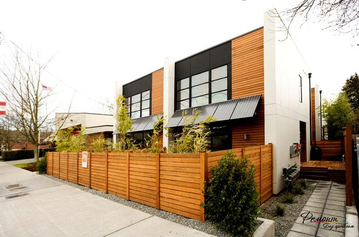 Забор может являться визуальным продолжением строений