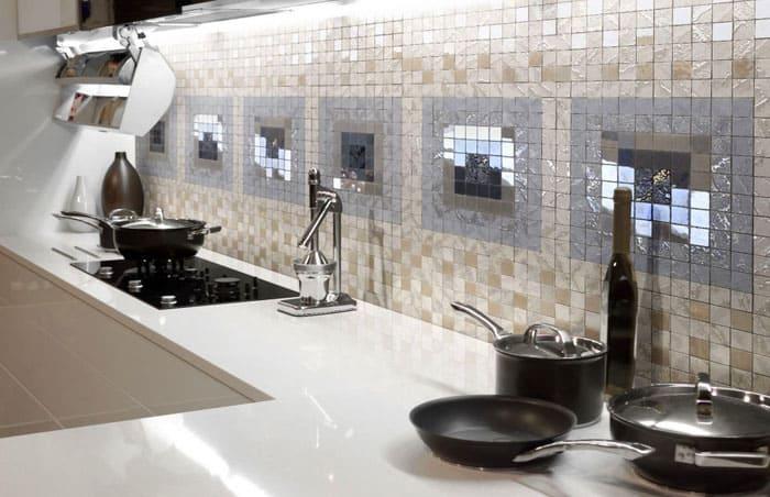 Оригинально смотрится стеклянная или зеркальная плитка для кухни на фартук в виде мозаики