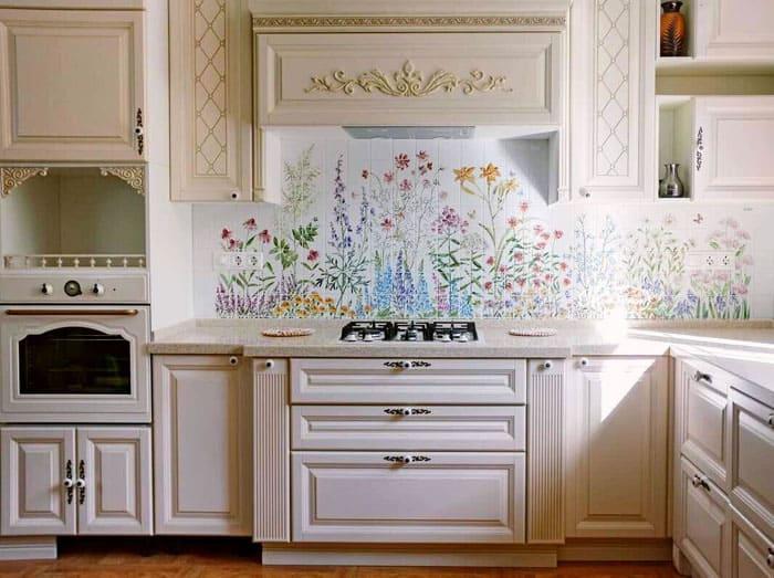 Нежная и красивая цветочная плитка с рисунком для кухни на фартук