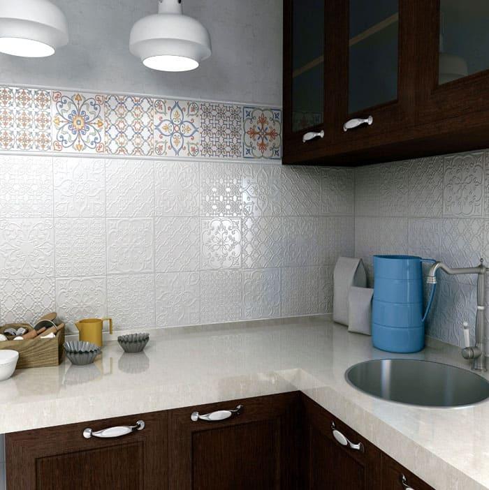 Из белой плитки выкладывают приятный глазу фартук на кухне, что подтверждает фото