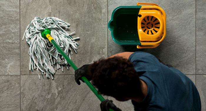 До начала влажной уборки с пола удаляют сухой мусор