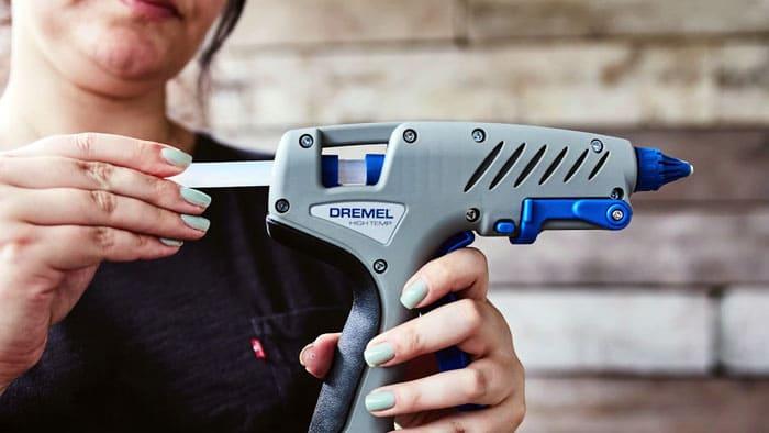 Зарядить орудие труда нужно клеевыми твёрдыми стержнями через резиновый приёмник