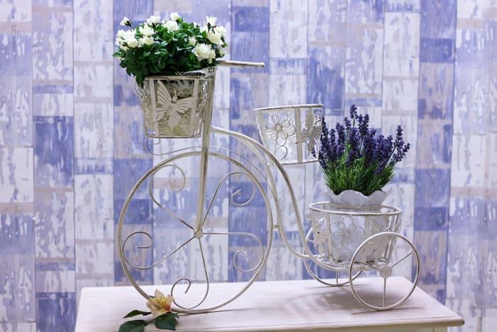 Образ велосипеда очарователен и гармоничен, особенно, с фиолетовыми фиалками, глоксинией или цикламеном