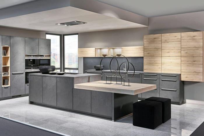Такая кухня будет оценена теми, у кого действительно много бытовых технических приборов, здесь будет место буквально для всего