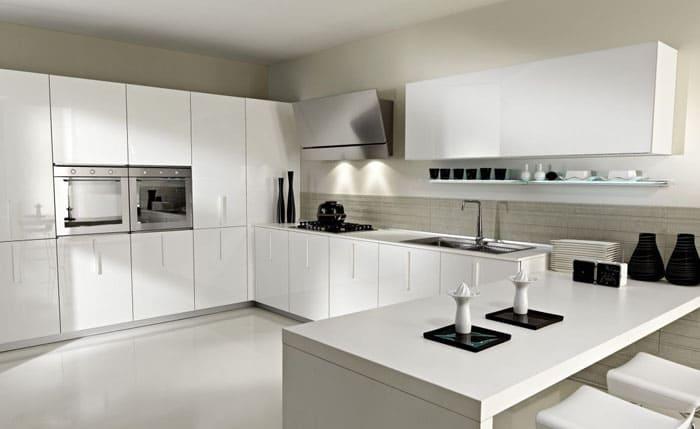 Ультрасовременная кухня с гладкими поверхностями и отсутствием лишних деталей