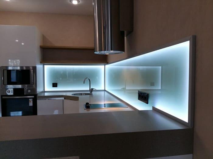 Стеклянный фартук с подсветкой создан для «высокотехнологичного стиля»