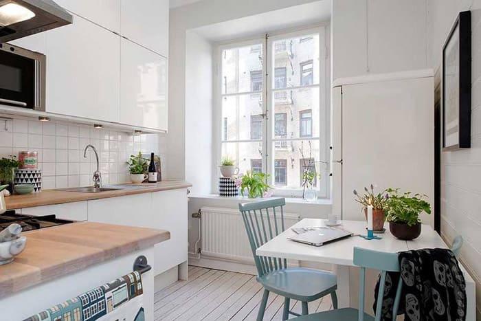 В маленькой кухоньке просто придётся использовать настенное пространство, разместив на нём шкафчики. А вот стена около стола должна остаться пустой, с минимальным декором