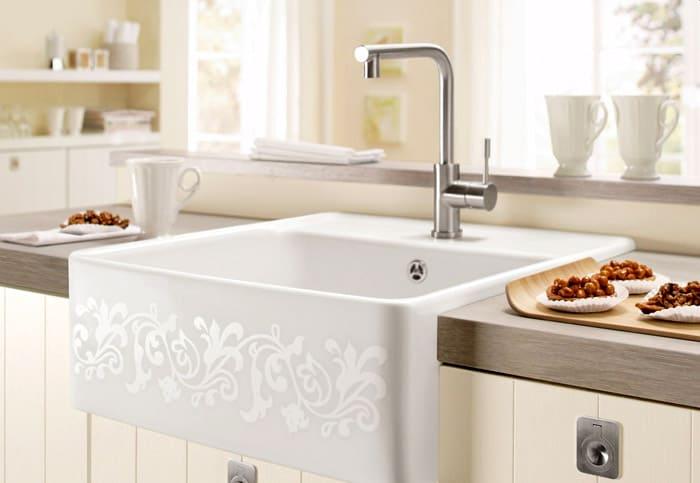 Керамическая мойка тоже может быть установлена в кухне, хотя это не самый удачный вариант. Лучше приобрести раковину из искусственного камня или нержавейки, покрытой эмалью