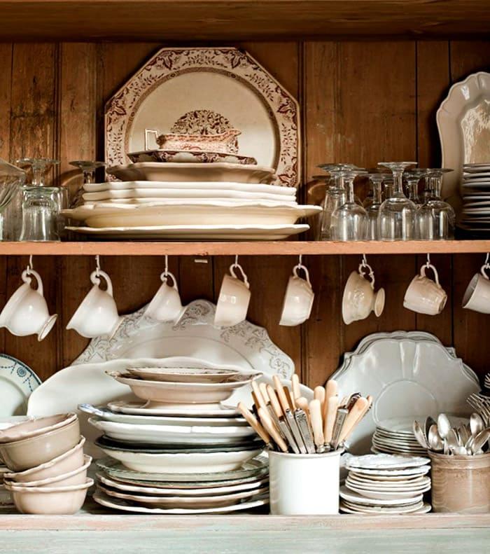Не забываем, посуда также не должна выглядеть современной