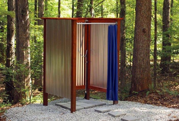 Чтобы деревянные стенки хорошо проветривались и высыхали, их монтируют с зазором 2-3 мм