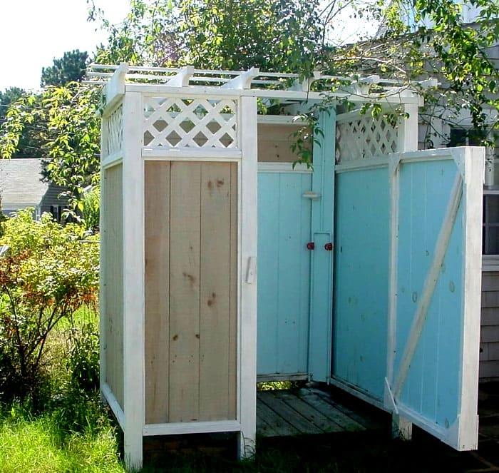 Классический деревянный душ всегда можно дополнить интересными аксессуарами