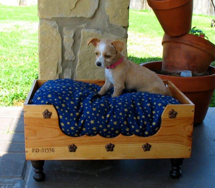 Деревянный лежак может быть изготовлен в виде гамака или простой кроватки на ножках
