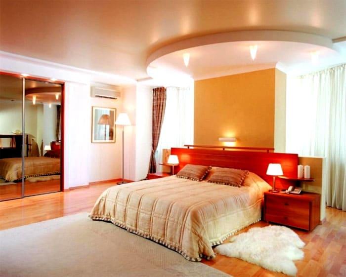 Пастельные и нежные персиковые тона делают облик спальни мягче и спокойнее