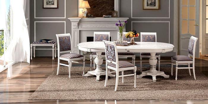 Деревянные резные стулья со столом и текстильной обивкой подходят под классику лучше всего