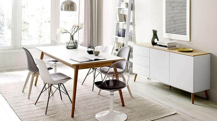 Стол объединяет стулья разной формы. Вот здесь нашлось местечко для металлических элементов, которые, впрочем, не перетягивают на себя одеяло впечатления