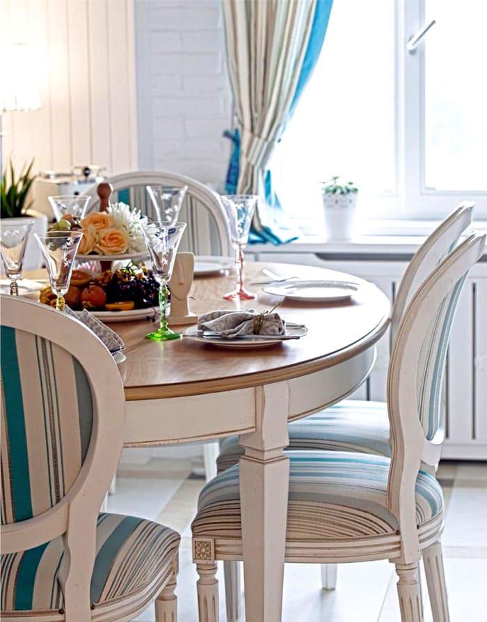 Круглые столики и стульчики красивы. Если они не помешают движению, то не стоит отказывать себе в удовольствии их купить