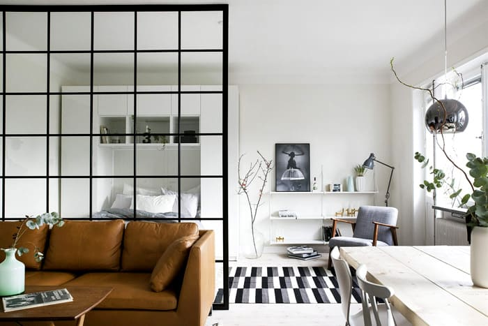 Стильные стеклянные перегородки не сделают комнату тёмной