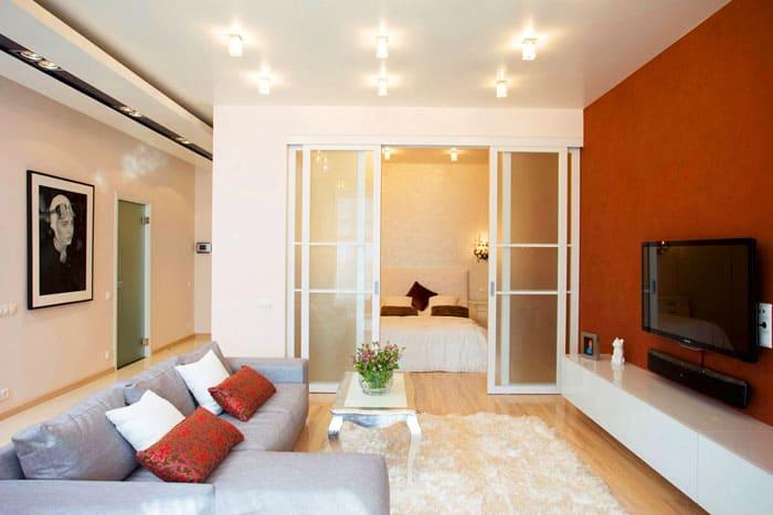 Такие двери отделяют гостиную от спальни
