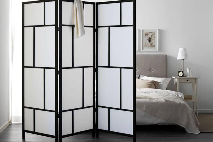 Складные ширмы с лёгким эффектом чуть видимого силуэта выглядят интригующе, отделяя спальню от остальной части квартиры