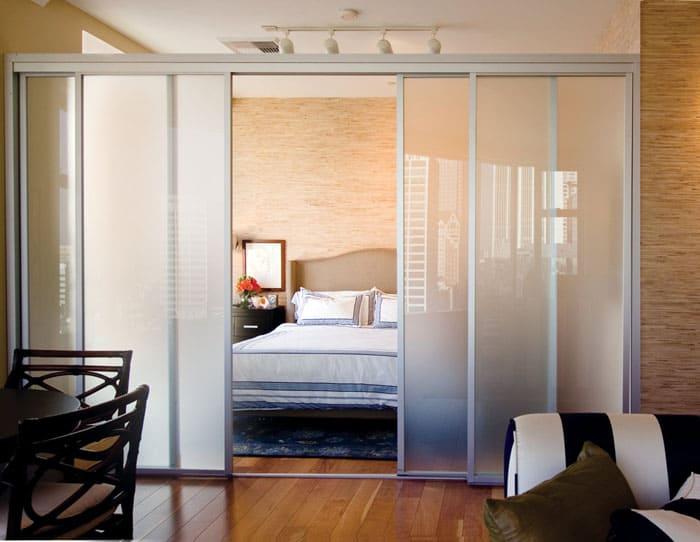 Кухню в угловом вариант следует совместить с гостиной, а комнату или её часть оставить в качестве спальни