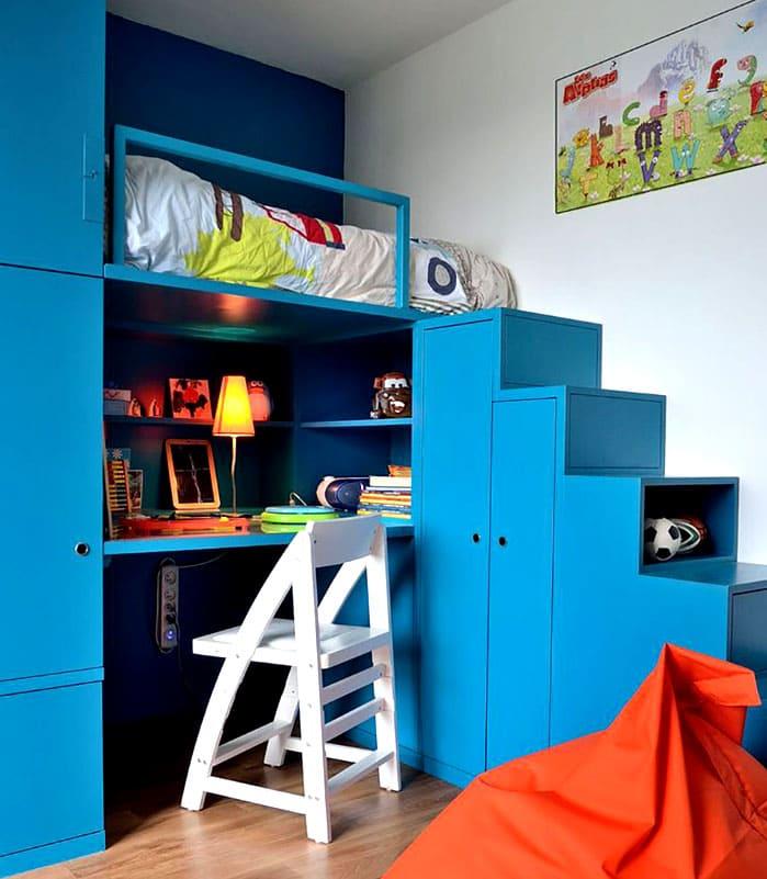 Детский уголок должен быть выдержан в подходящей цветовой гамме и оборудован удобной системой хранения. Кровать располагают максимально удобно для всех членов семьи