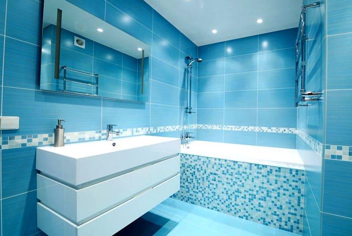Голубая палитра всегда считалась самой подходящей для декора ванной