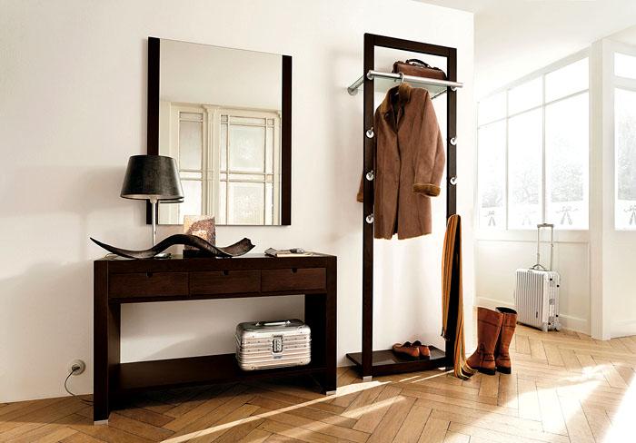 В частных домах, где в коридорах есть окна, выбор интерьера ещё шире. Для хранения вещей можно использовать ниши в стене, оставив основную площадь свободной