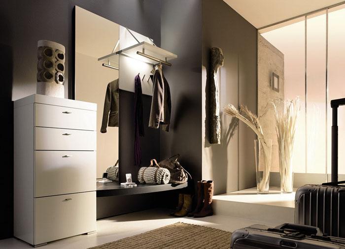 Мебельный ансамбль дополняется парой декоративных вещиц. Это довольно уместно в просторном помещении