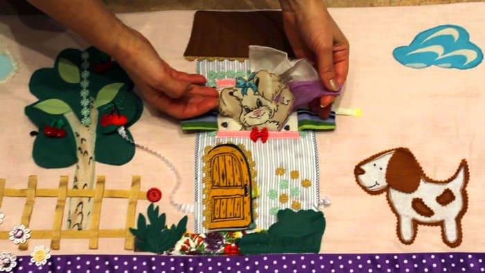 Родители будут учить ребёнка манипуляциям с игрушками и мелкими деталями