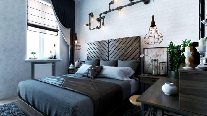 Лампы из изогнутых труб и люстра из металлической арматуры прекрасно декорируют и освещают комнату