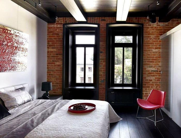 Деревянный пол и потолок гармонируют с отделкой стен