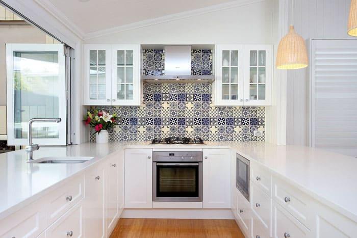 Белая поверхность хороша для средиземноморского и скандинавского стиля. Этот цвет может стать фоном или самостоятельным акцентом
