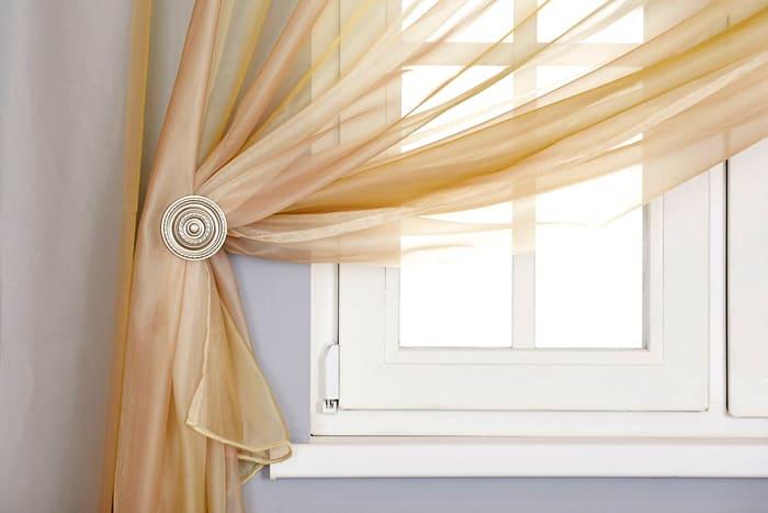 Привычная материя для оформления окон, которая может быть пошита в интересном дизайне