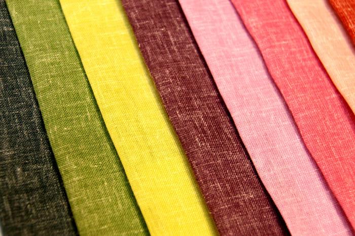 В натуральных полотнах обычно чётко видны переплетения волокон. Некоторые модели даже приходится подготавливать вручную