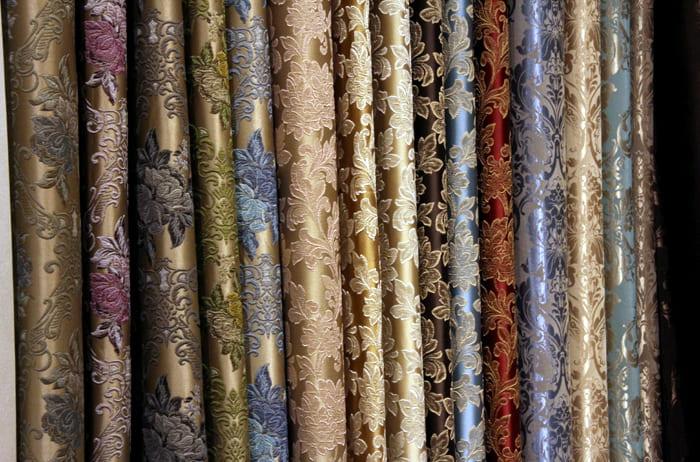 На искусственных тканях часто приемлема вышивка гладью или лентами
