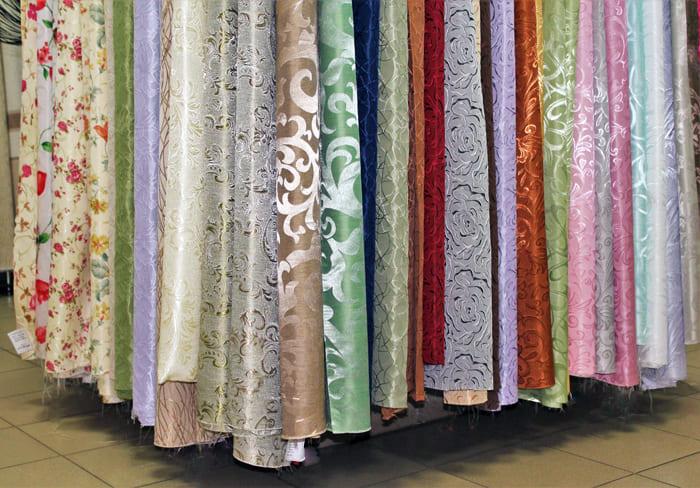 Обычно ненатуральный текстиль дополняется различными орнаментами или узорами, из-за чего возрастает в цене