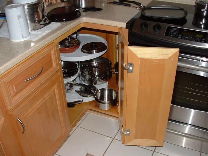 Компактно открывающаяся дверца и удобная карусель для содержимого