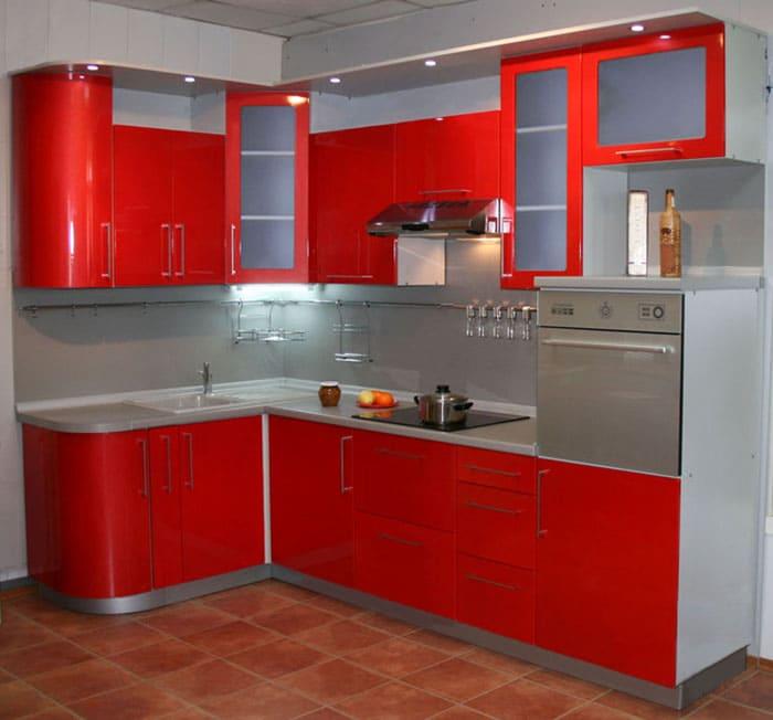 Холодильник может не входить в комплект, вместо него там располагается духовой шкаф и любая встроенная