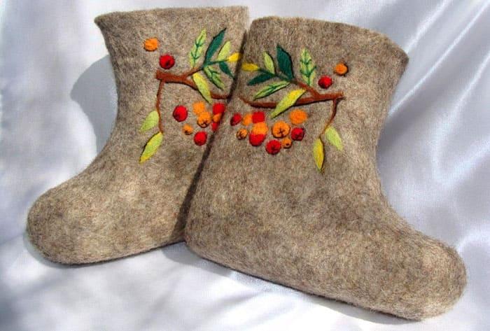 Обувь из шерсти может быть настоящей. Часто в подобной технике делают валенки и тапочки для детей