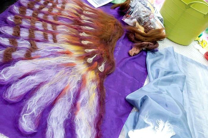Если сбрызнуть готовое изделие лаком для волос, волокна не будут рассыпаться