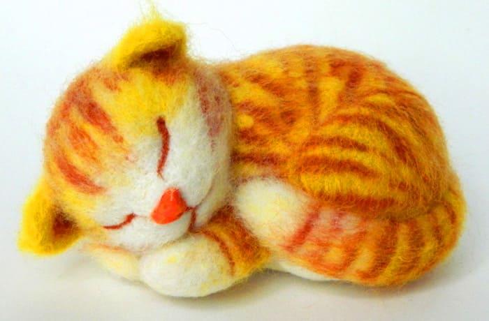 Полосатость декоративному коту можно придать путем поочерёдного добавления шерстяных полотен разного цвета