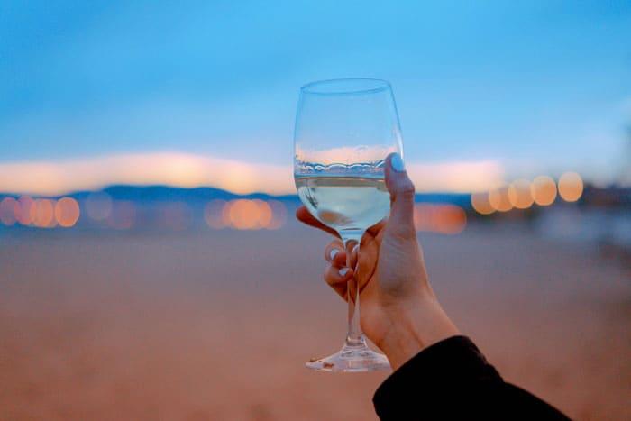 В прозрачных бокалах хорошо смотрится цветное игристое вино
