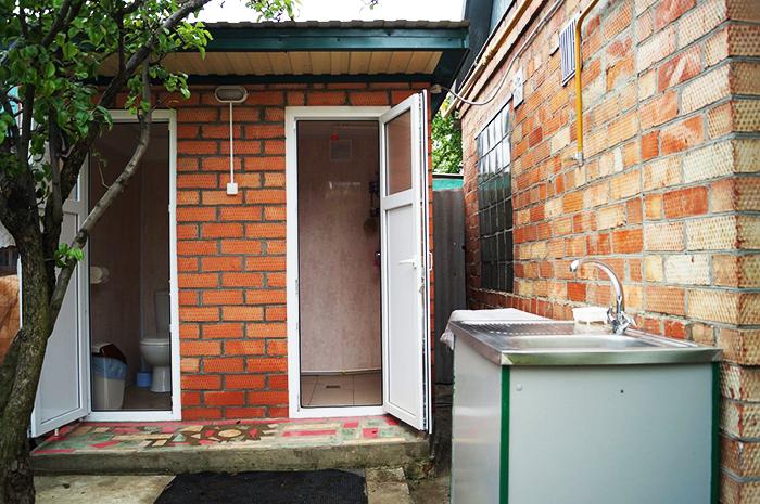 Современный туалет и душ «два в одном» с освещением