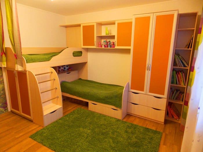 Встроенные гарнитуры, рассчитанные на двоих детей, позволяют решить проблему меблировки комнаты одним махом