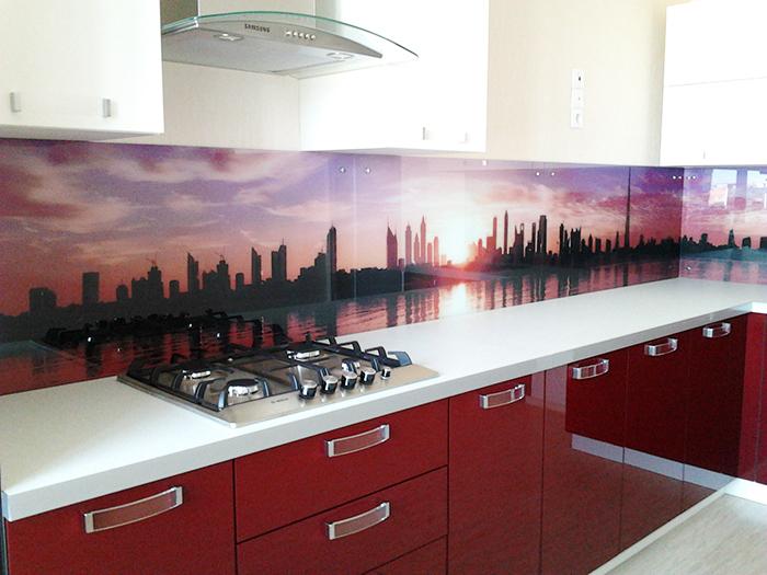 Панель с изображением ночного города с водоёмом на переднем плане. Отличный вариант для кухни с красной или бордовой мебелью