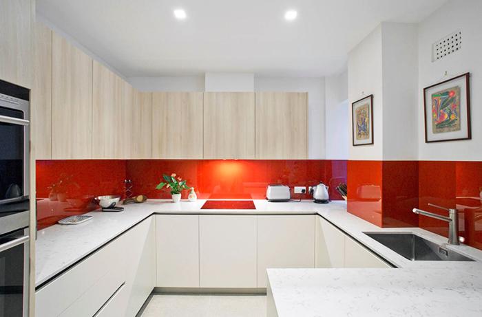 Однотонная поверхность для кухни без рисунков и навязчивых декоров