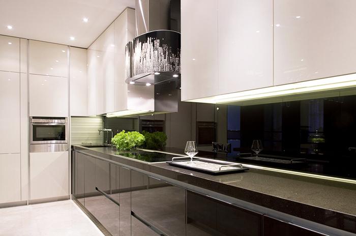 Эффектный, богатый тёмный стиль подчеркивает общую атмосферу кухни